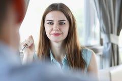 Belle fille gaie de sourire sur le lieu de travail Photos libres de droits