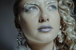 Belle fille habillée comme image de la reine de neige Photographie stock libre de droits
