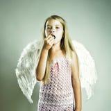 Belle fille heureuse avec des ailes d'ange Photo stock