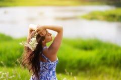 Belle fille heureuse avec une fleur image stock