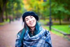 Belle fille heureuse dans le béret noir Femme avec les cheveux bleus Photo stock