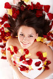 Belle fille heureuse dans le pétale rose. Station thermale. Image stock