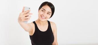 Belle fille heureuse faire le selfie sur le blanc photos stock