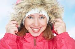 Belle fille heureuse pendant l'hiver de capot dehors Image stock