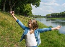 Belle fille heureuse prenant un selfie Photographie stock