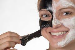 Belle fille heureuse souriant sur un fond blanc dans un cosmétique Images stock