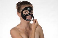 Belle fille heureuse souriant sur un fond blanc dans un cosmétique Photographie stock