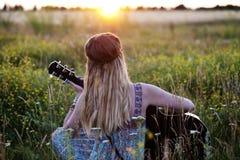 Belle fille hippie avec une guitare Photo libre de droits