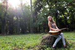 Belle fille hippie jouant la guitare Image libre de droits