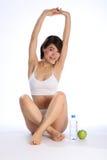 Belle fille japonaise avec de l'eau la pomme et verts Images stock