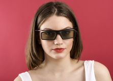 Belle fille jouant le jeu vidéo 3D Image stock