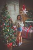 Belle fille la nuit de Noël Photographie stock