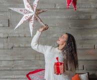 Belle fille la nuit de Noël Images libres de droits