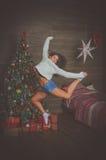Belle fille la nuit de Noël Photos libres de droits