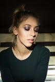 Belle fille Le maquillage professionnel, photographié dans le studio est allumé Photos stock