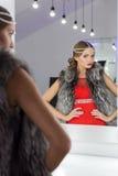 Belle fille magnifique sexy dans des robes de soirée rouges avec la coiffure et le tikai lumineux de soirée de maquillage de soir Images libres de droits