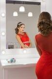 Belle fille magnifique sexy dans des robes de soirée rouges avec la coiffure et le tikai lumineux de soirée de maquillage de soir Images stock