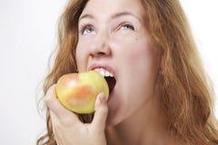 Belle fille mangeant une pomme images stock