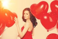 Belle fille, mannequin élégant avec des ballons dans la forme photo stock