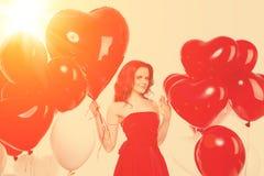 Belle fille, mannequin élégant avec des ballons dans la forme photo libre de droits