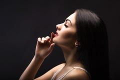 Belle fille Maquillage professionnel, lèvres rouges, photographiées dans le St Images stock