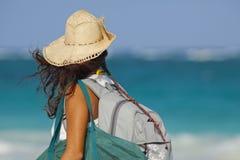 Belle fille marchant le long d'une plage tropicale Photographie stock libre de droits