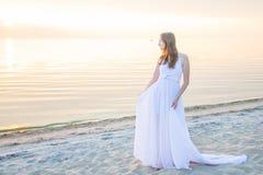 Belle fille marchant sur la plage Photographie stock