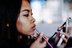 Belle fille mettant le maquillage image stock