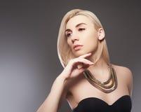 Belle fille modèle avec la manucure métallique rose sur des ongles Maquillage et cosmétiques de mode image libre de droits