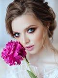 Belle fille modèle avec la pivoine de fleurs photos stock