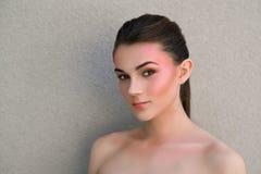 Belle fille modèle avec le maquillage coloré lumineux Maquillage, coiffure et cosmétiques de mode Concept de soin de sourcil Brun images libres de droits