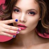 Belle fille modèle avec le maquillage rose lumineux et Photos stock