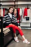 Belle fille modèle de brune posant dans le magasin d'habillement, une nouvelle tendance des vêtements Bannière pour un magasin d' photos stock