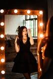 Belle fille mystérieuse dans l'intérieur photos stock