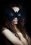 Belle fille mystérieuse dans le masque de papillon Photographie stock libre de droits