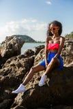 Belle fille noire adolescente dans la jupe bleue et soutien-gorge rose sur le r Photos libres de droits