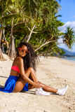 Belle fille noire adolescente dans les lunettes de soleil, le soutien-gorge et la jupe Image stock