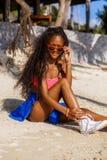Belle fille noire adolescente dans les lunettes de soleil, le soutien-gorge et la jupe Photos stock