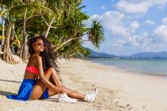 Belle fille noire adolescente dans les lunettes de soleil, le soutien-gorge et la jupe Images stock