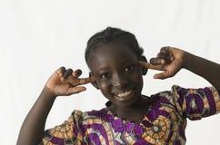 Belle fille noire souriant et pensant d'isolement sur le blanc images stock