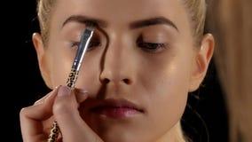 Belle fille obtenant le maquillage professionnel noir closeup clips vidéos