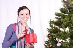 Belle fille par l'arbre de Noël images libres de droits
