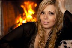 Belle fille par la cheminée Image libre de droits