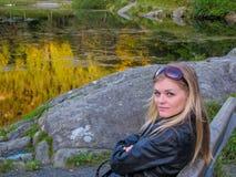 Belle fille par le lac Photographie stock
