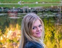 Belle fille par le lac Photo stock