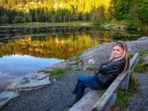 Belle fille par le lac Photos libres de droits