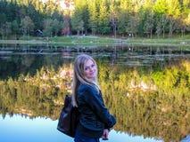 Belle fille par le lac Photo libre de droits