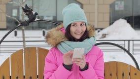 Belle fille parlant au téléphone, hiver banque de vidéos