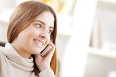 Belle fille parlant au téléphone portable Image libre de droits