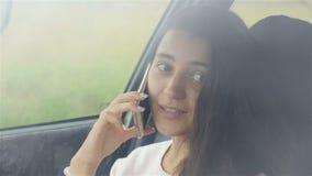 Belle fille parlant sur le téléphone et le sourire Plan rapproché clips vidéos